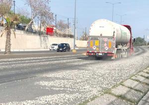 Derraman asfalto en la carretera 57 en Monclova