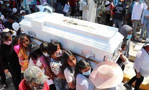 Niñas cargan ataúd de su amiga Wendy de 16 años asesinada en Edomex