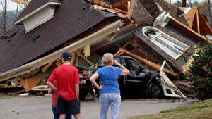 Al menos cinco muertos por un tornado en Alabama