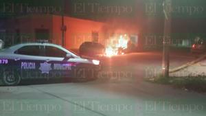 VIDEO: Incendian dos vehículos en la colonia El Pueblo de Monclova