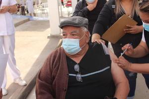 Mujer traslada en su auto adultos mayores para ser vacunados contra el COVID-19