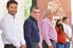 Entregan AMLO y Riquelme becas a jóvenes en San Pedro