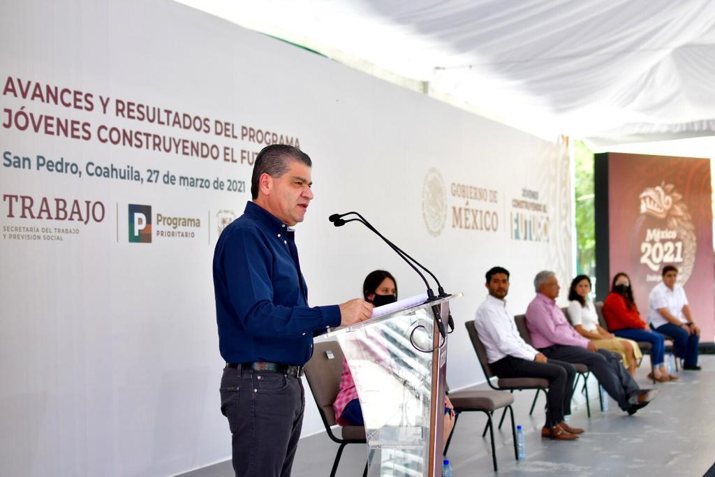 Riquelme y AMLO entregan becas a jóvenes en La Laguna