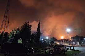 Petrolera estatal indonesia trata de controlar un incendio en una refinería