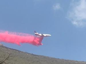 Avión DC10 realiza primera descarga de agua con retardante de fuego en Arteaga
