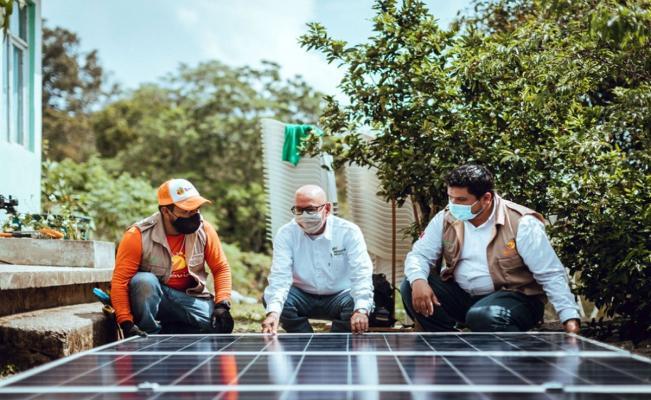 Iberdrola dota de sistemas solares a familias en la huasteca potosina