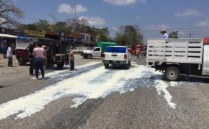 Derraman litros de leche en Oaxaca en protesta