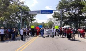Damnificados protestan en visita de AMLO a Tabasco