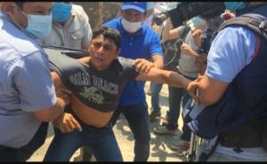 Damnificados de Tabasco confrontan al secretario de Bienestar
