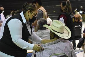 Vacunan a adultos mayorespendientes de primera fase