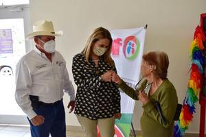 Recibe doña Amalia un aparato auditivo en Frontera
