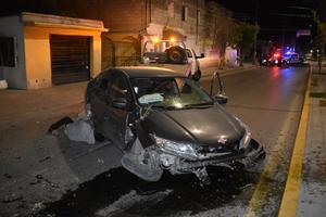 Destroza automóvil contra camellón en Monclova