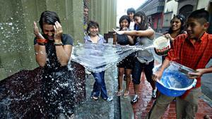 Multas y arrestos para quienes desperdicien agua el Sábado de Gloria