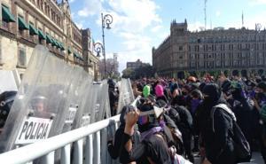 Protesta de mujeres llega al Zócalo de CDMX; reportan enfrentamientos
