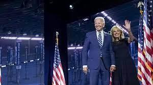 Biden y su esposa invitan a vacunarse contra la covid en su saludo de Pascuas