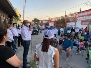 Reclamos y necesidades recibe candidato del PAN Mario Dávila en Monclova