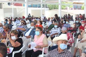 Molesta a adultos atraso de 3 horas para vacunarlos contra COVID-19 en Frontera