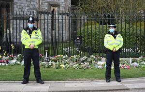 El Gobierno británico pide no dejar flores por la pandemia