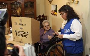 Reflexión y voto en casa para personas mayores y con discapacidad en Ecuador