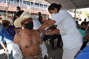 Vacunan a personal de bomberos y de salud en Castaños