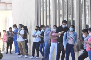 Inmunizan a empleados del hospital Amparo Pape en Monclova