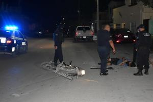 Jovencitos caen de motocicleta