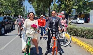 'Novios' pedalean y piden respeto en Toluca