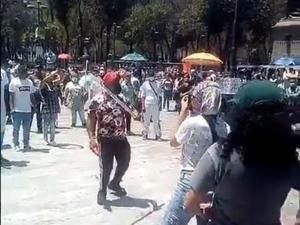 Registran enfrentamiento entre feministas y ambulantes en Cuauhtémoc