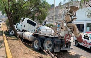 Revolvedora de cemento se queda sin frenos y vuelca en Atizapán