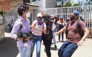 Normalistas de Oaxaca agreden a periodistas
