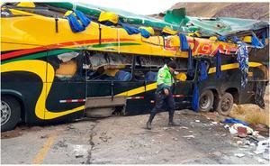 Al menos veinte fallecidos al volcarse un autobús en Perú