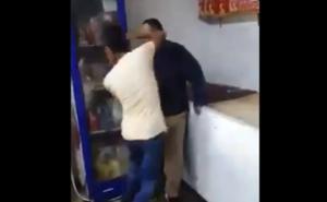 VIDEO: Piden denunciar a sujeto que golpea a joven con Síndrome de Down