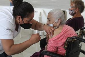 Aplicaron300 vacunas más a adultos mayores
