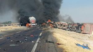 Fuerte accidente en la Saltillo-Torreón; pipa termina incendiada