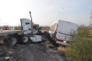 Tráiler se impacta contra camión de pasajeros en Libramiento Carlos Salinas de Gortari en Monclova