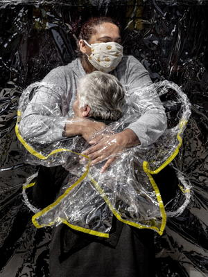 Primer abrazo en pandemia, World Press Photo del año