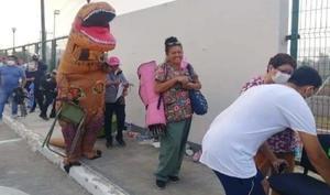 VIRAL: Joven se viste de dinosaurio para acompañar a su mamá a vacunarse en Tamaulipas