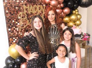 Marite Penilla festeja 32 años de vida