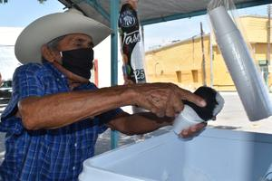 El 'Pariente': 40 años arriba del triciclo vendiendo yukis y elotes