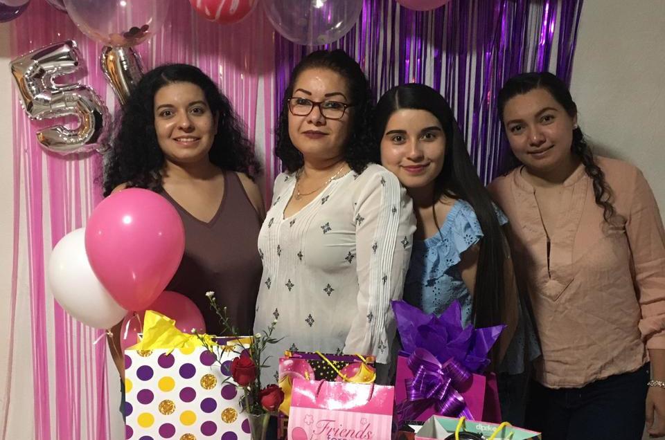 Abrazos y felicitaciones para Mary Rodríguez