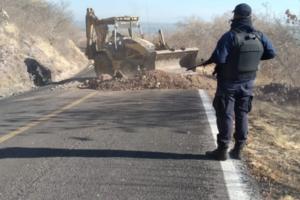 Despliega SSP operativo en Aguililla para recuperar carreteras
