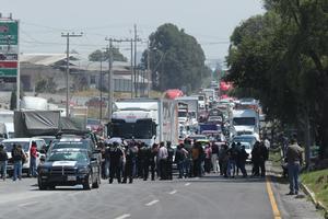 Personal médico bloquea carretera Toluca-Tenango