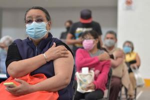 Adultos mayores de Metepec reciben segunda dosis de vacuna