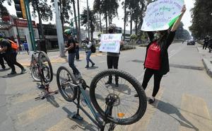 Ciclistas protestan por retiro de ciclovía en Toluca