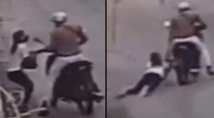 VIDEO: Asaltante en moto arrastra a mujer varios metros para robarle su bolsa