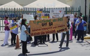 Trabajan en el IMSS bajo protesta, exigen vacunas