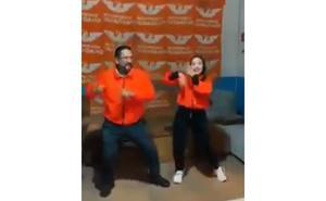 Candidato en Chiapas baila 'movimiento naranja'
