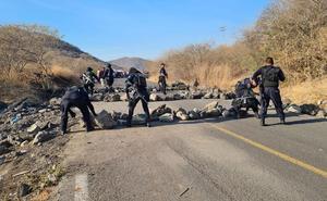 CJNG bloquea nuevamente caminos en Aguililla, tras visita de nuncio