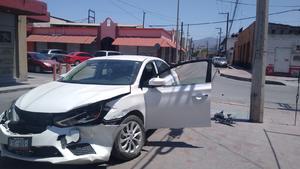 Se pasa luz roja y causa accidente en Monclova