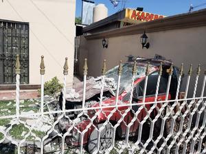 Conductor ebrio provoca accidente en Monclova y termina en patio de vivienda